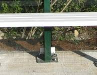 Metallbank für eine Bushaltestelle