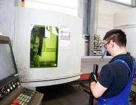 CNC-Bediener für das Laserschneiden von Rohren