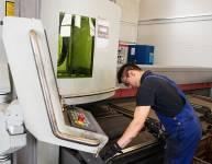 CNC-Bediener für das Laserschneiden von Rohren (2)