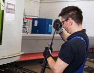 CNC-Bediener für das Laserschneiden von Rohren (3)