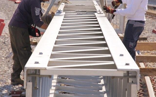 Montage von Metallkonstruktion